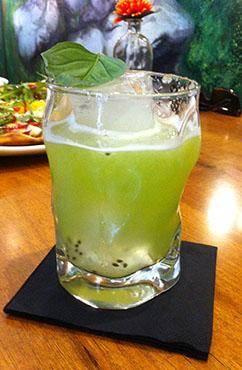 coctel de kiwi y albahaca